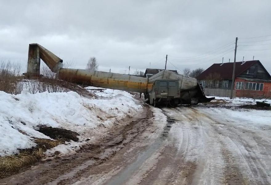 В сети появилось видео обрушения водонапорной башни в Холмино