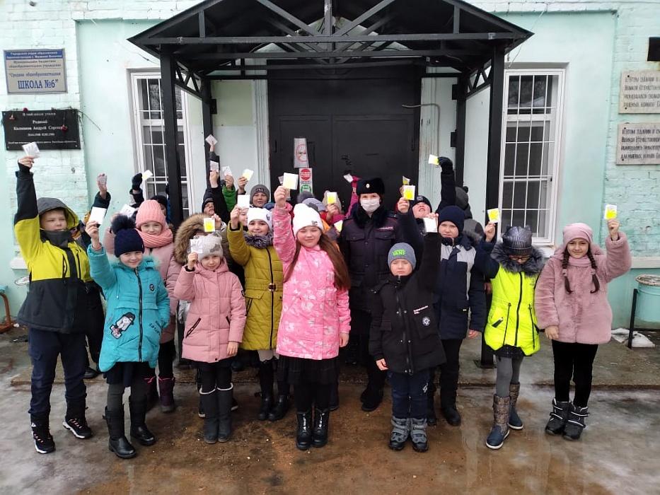 Вышневолоцкие автоинспекторы вместе с педагогами провели для школьников акцию «Пусть дорога домой будет безопасна!»