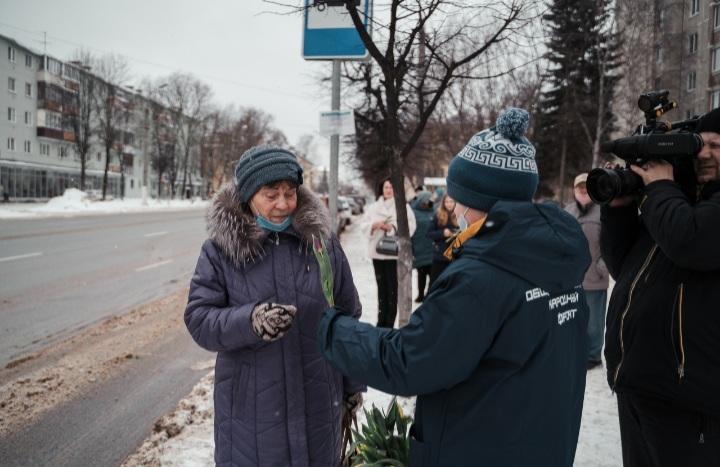 В честь 8 марта в тверских автобусах женщинам дарят цветы