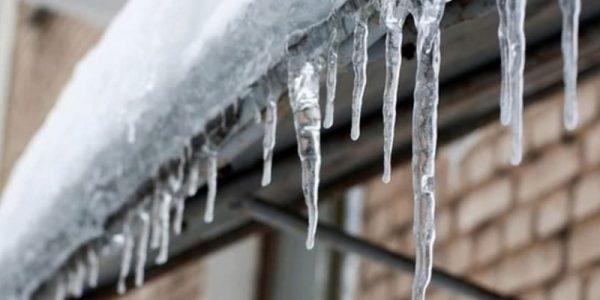 Тверское отделение МЧС опубликовало свод правил при падении сосулек и снега