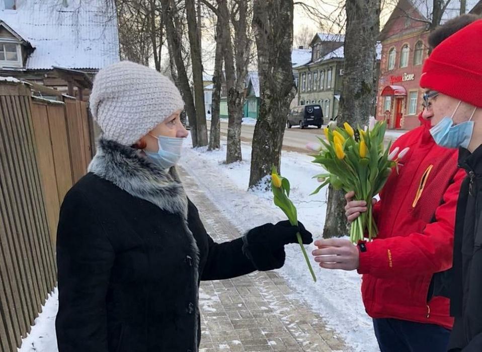 В Осташкове поздравили прекрасный пол с 8 Марта цветами