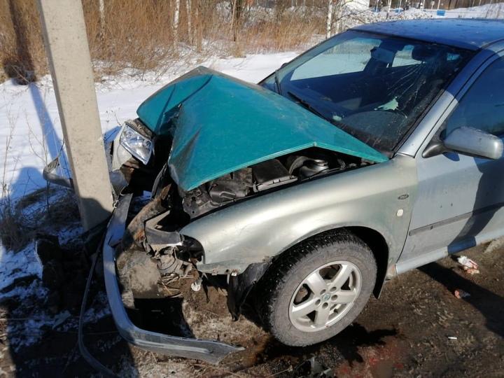 В Твери водитель на секунду отвлёкся от управления автомобилем и врезался в столб