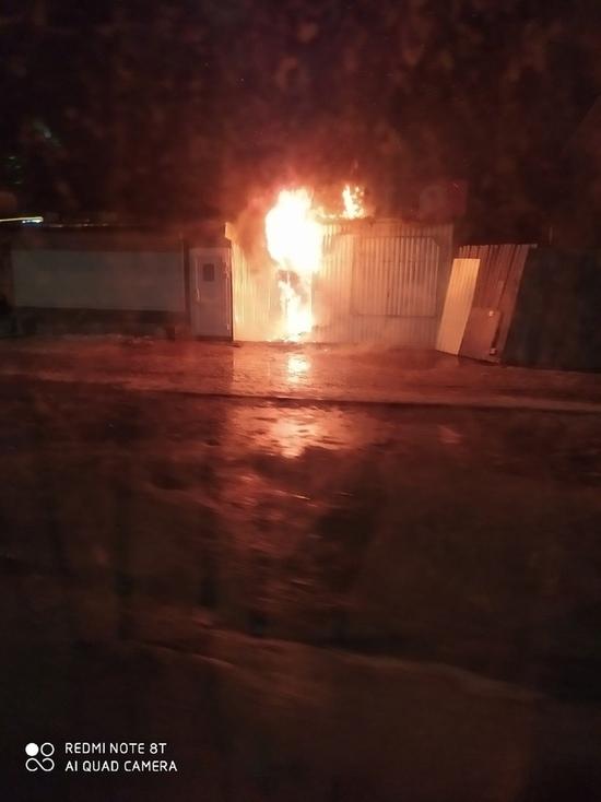 С дымком: ночью в Тверской области сгорел ларек с мясом