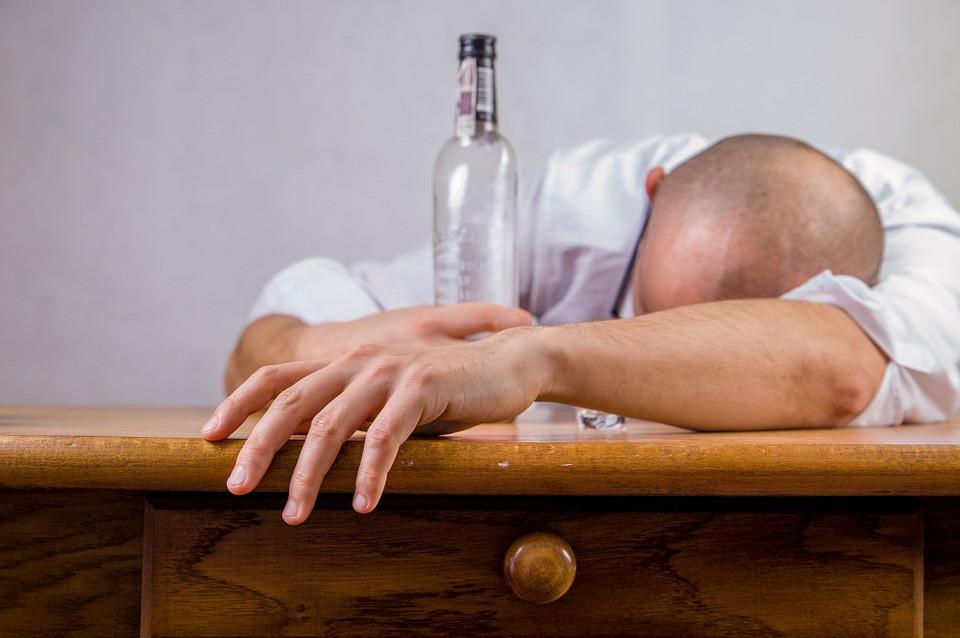Бывшему вору запретили посещать массовые мероприятия из-за любви к выпивке