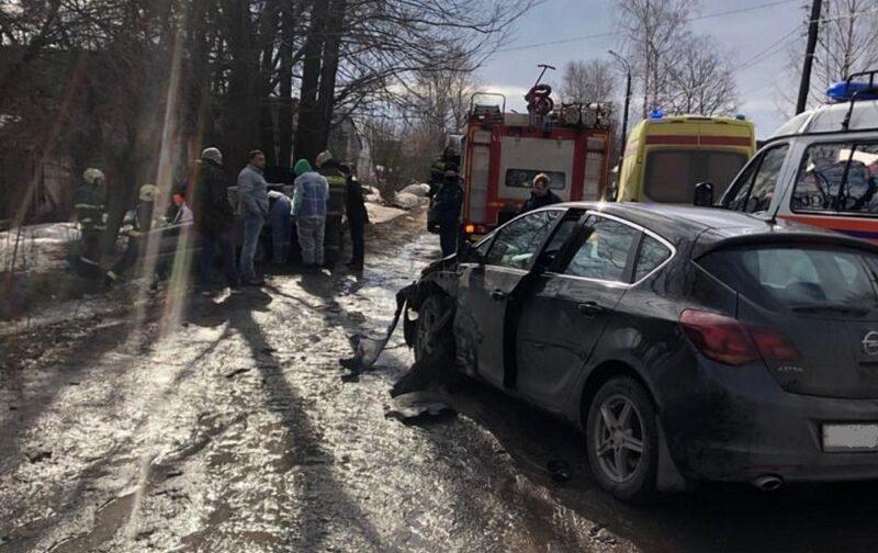 В Твери отечественный автомобиль оказался в канаве