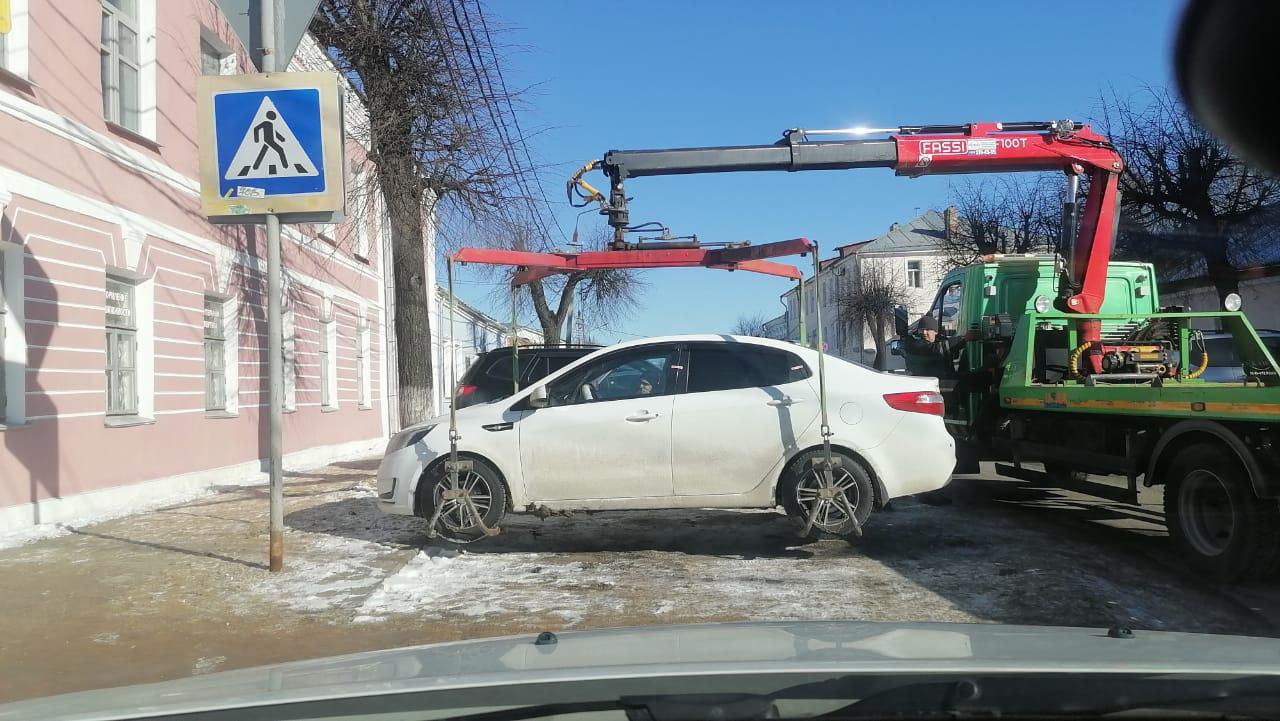 В Твери эвакуируют нарушителей парковочного закона