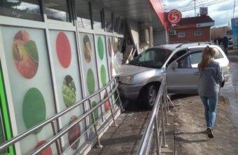 Заехал в Пятюню за хлебушком: в Твери автомобиль протаранил магазин