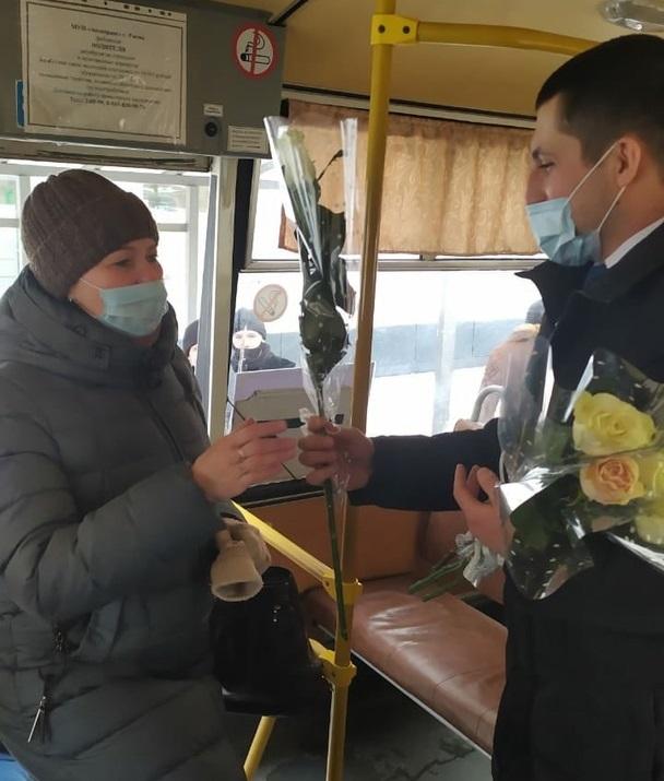 """Представители партии """"Единая Россия"""" поздравили женщин с 8 марта"""