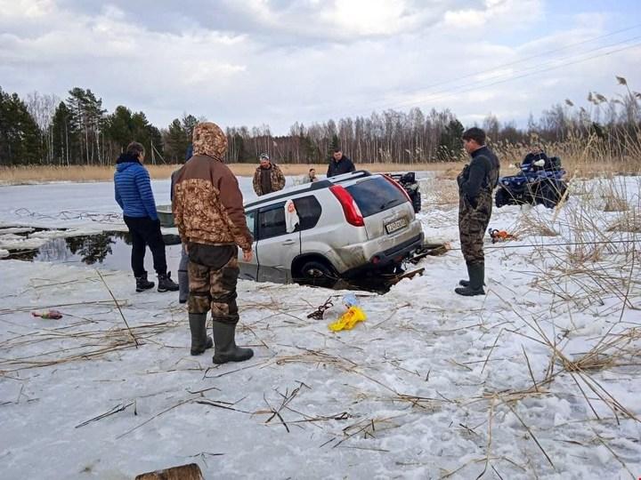 Ушел под лед: Внедорожник провалился на озере Селигер