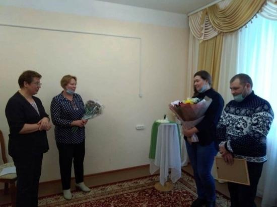 В Андреаполе поздравили родителей первого новорождённого в 2021 году