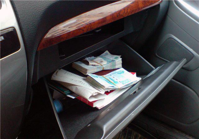 В Тверской области мужчина украл из бардачка служебной машины коллеги 35 тысяч рублей