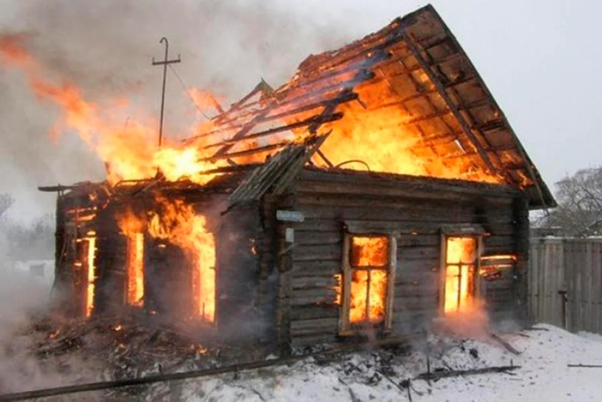 По поручению Игоря Рудени двум многодетным семьям, чьи дома пострадали от пожаров, оказывается должная помощь