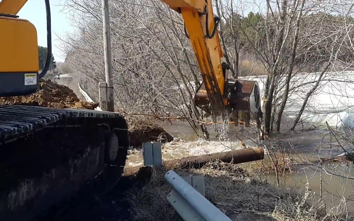 На региональных дорогах Тверской области проводятся противопаводковые мероприятия