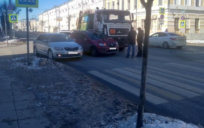 В Твери на улице Советской мусоровоз врезался в Рено