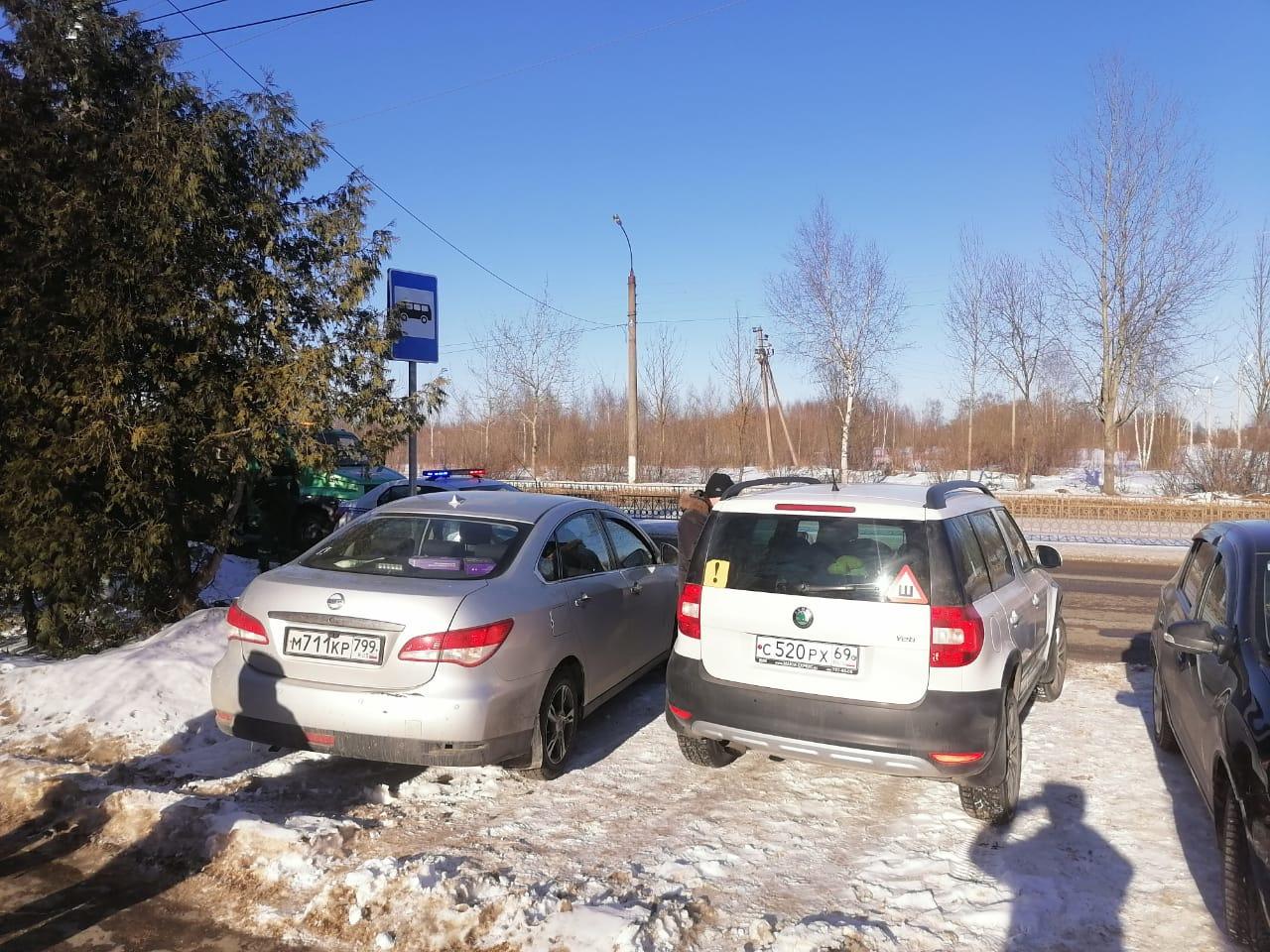 В Твери эвакуируют автомобили с автобусных остановок