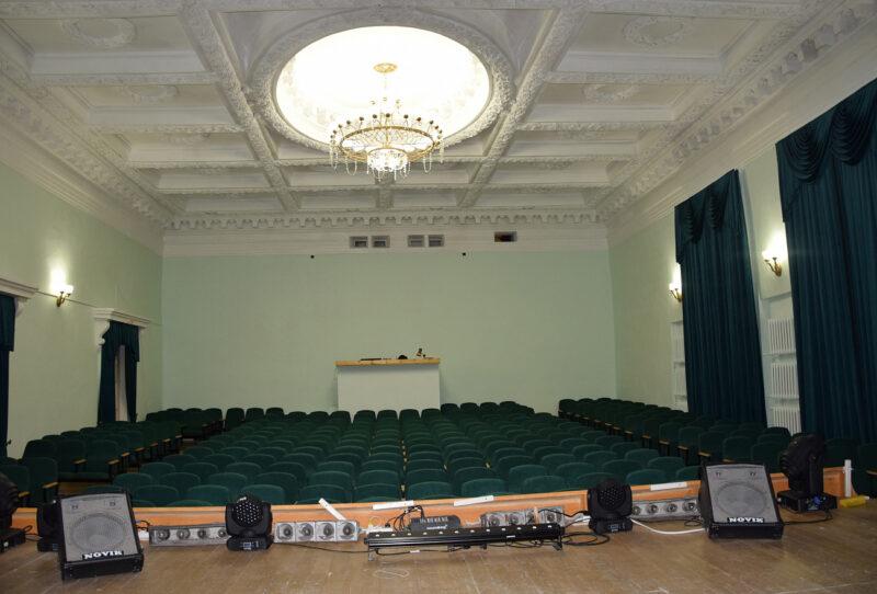 В Великооктябрьском Дворце культуры в Фирово отремонтировали зрительный зал