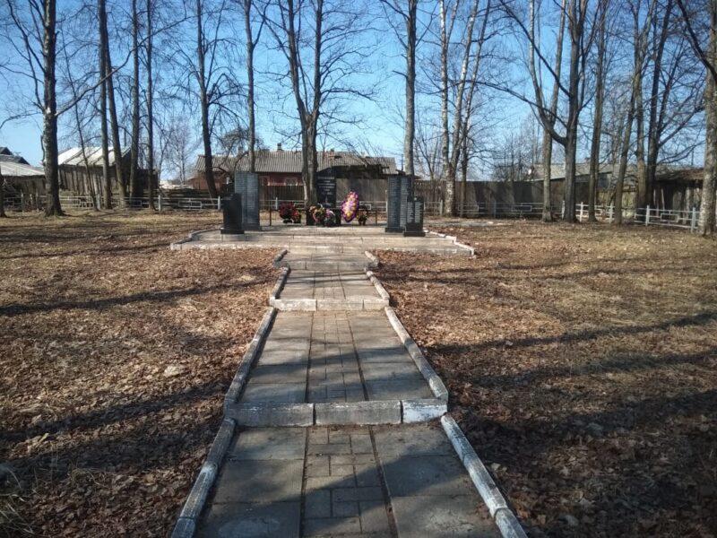 В Нелидово волонтеры убрали памятник