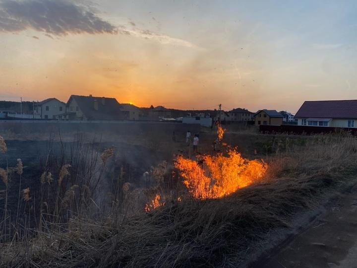 Жители деревни в Калининском районе собственноручно потушили пожар
