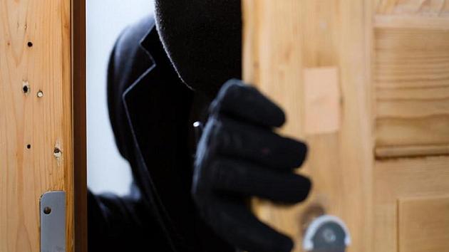 В Тверской области мужчина похитил у тети электролобзик и мешок с запчастями