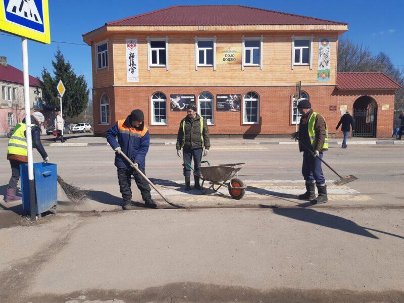 В Торопце после зимы устроили генеральную уборку улиц