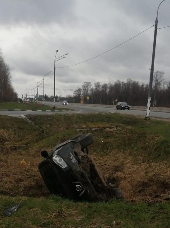 На трассе М-10 кроссовер вылетел с дороги