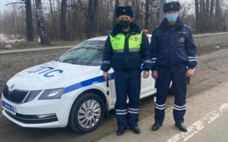 В Тверской области на трассе М-10 автоинспекторы помогли водителю
