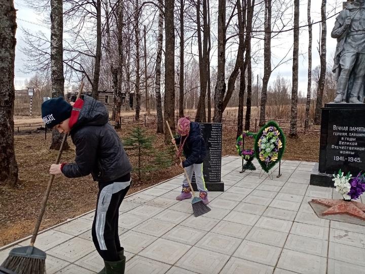 Оленинские школьники привели в порядок братскую могилу