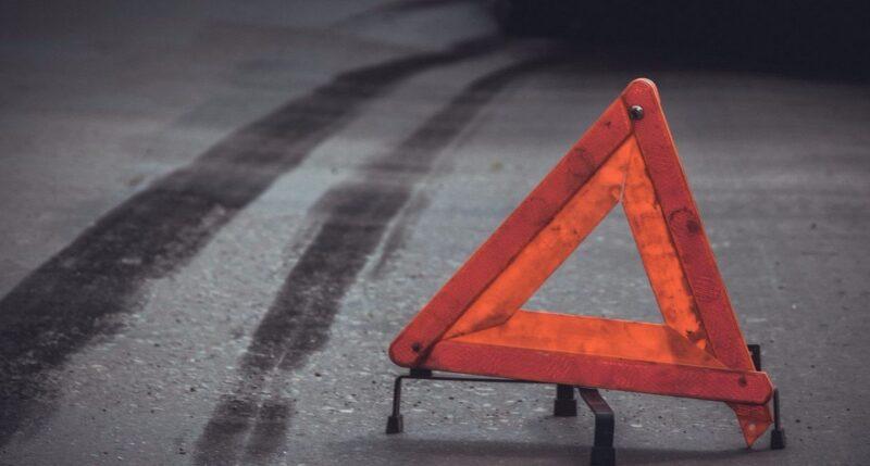 В районе Химинститута фургон застрял в барьерном ограждении