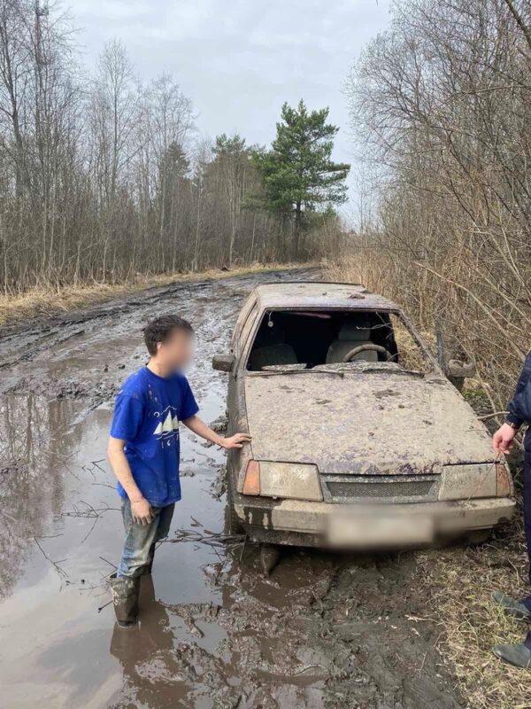 В Тверской области несовершеннолетний застрял на машине в огромной луже