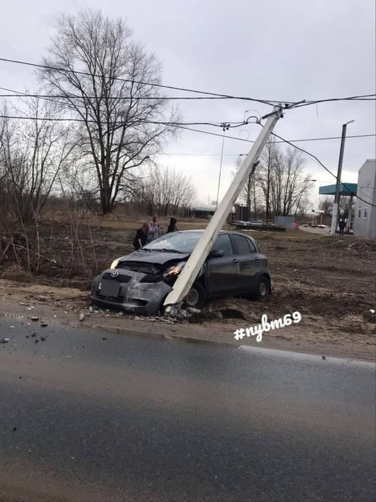 В Тверской области иномарка протаранила столб