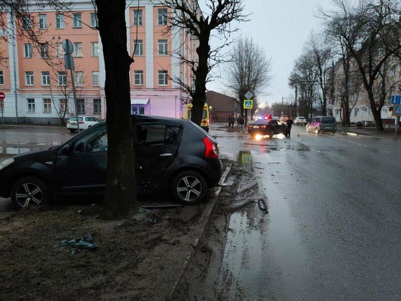 В центре Твери столкнулись две машины