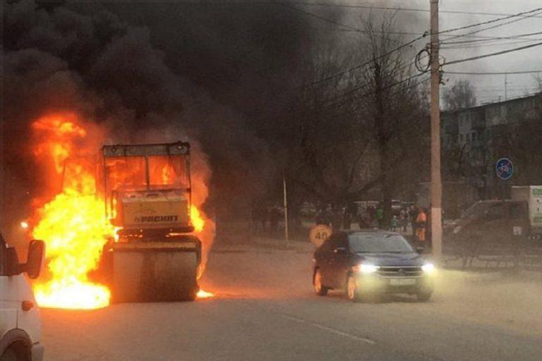 В Московском районе Твери сгорела асфальтоукладочная машина