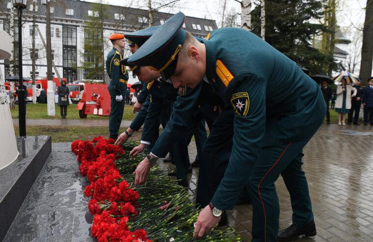 В Твери губернатор возложил цветы к памятнику пожарным и спасателям