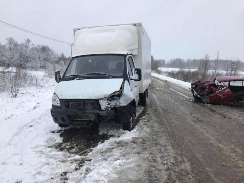В Тверской области при столкновении ВАЗа и Газели один из водителей сломал ногу