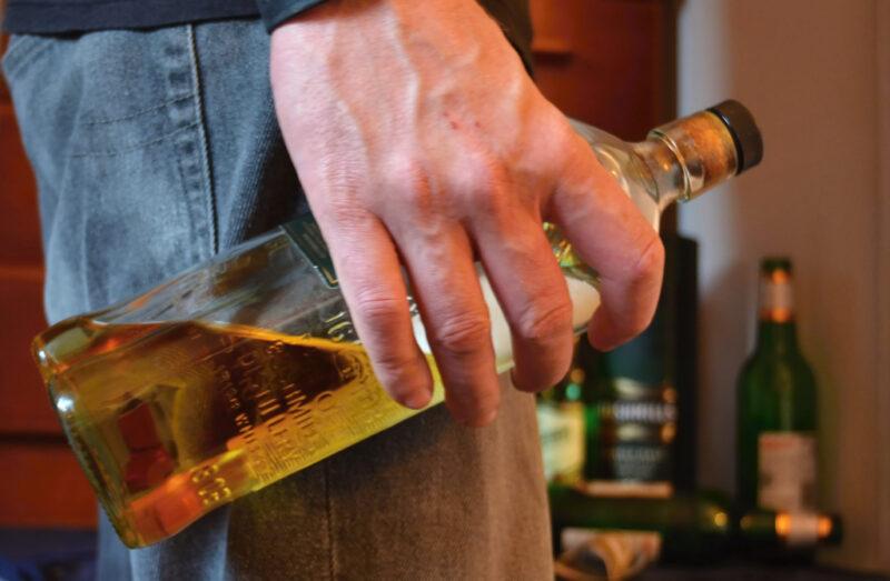 Житель Тверской области заплатит штраф за распитие спиртных напитков с несовершеннолетней