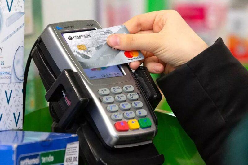 Не трогайте что не приколочено: мужчина оплатил покупки найденной банковской картой
