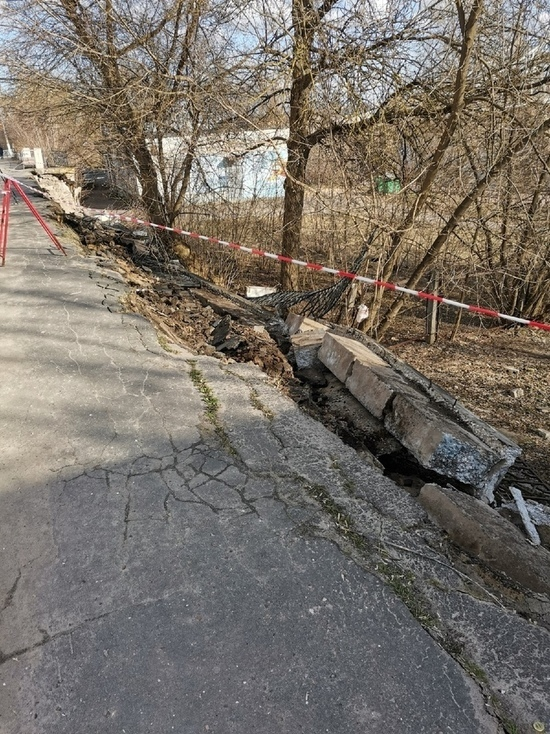 В Твери обрушилось ограждение и часть тротуара на набережной