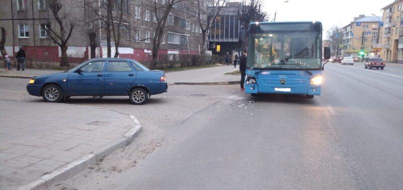 Поездка до конечной: в Твери легковушка подрезала автобус