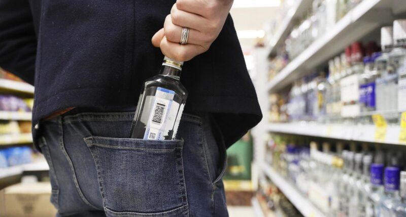 В Лихославле пьяный вор украл с прилавка магазина алкоголь