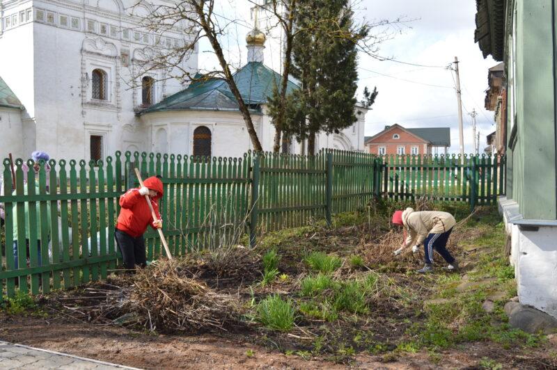 В Тверской области убрали территорию у дома Патриарха Тихона