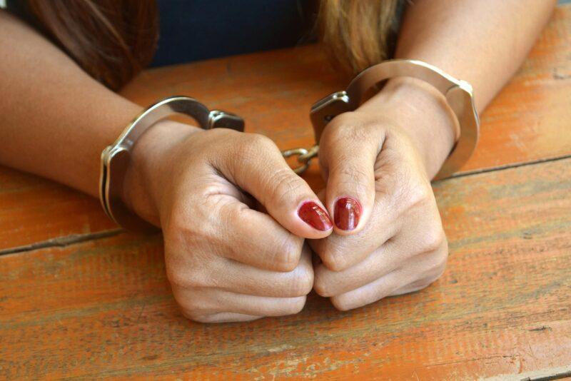 В Твери задержали закладчицу и обнаружили 7 тайников с наркотиками