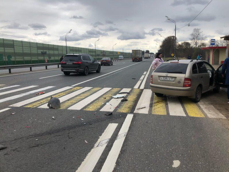 На трассе М-10 произошла авария с участием двух иномарок