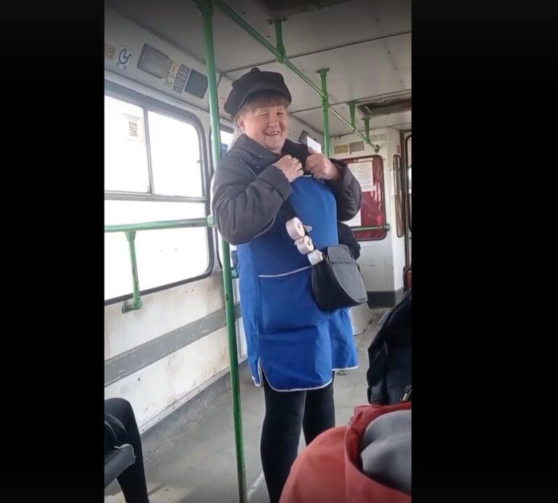В Тверской области веселый кондуктор спела частушки пассажирам автобуса