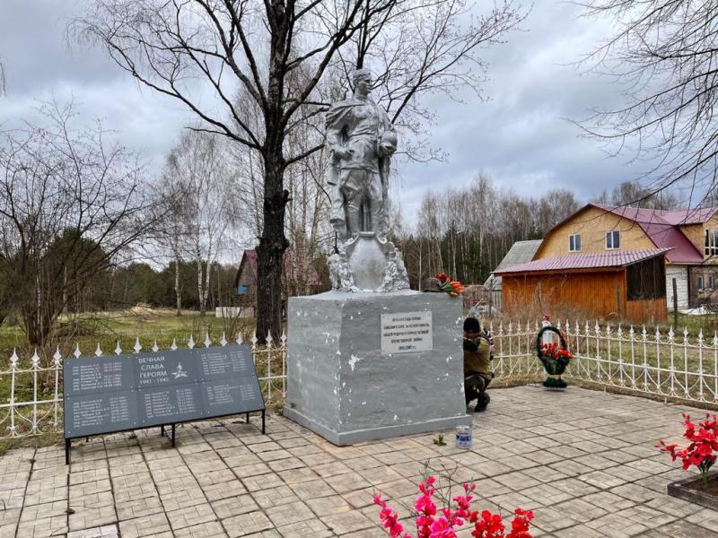 В Старицком районе полицейские благоустроили территорию братской могилы бойцов советской армии в годы ВОВ