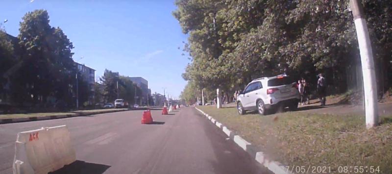 В Твери водитель автомобиля ехал по тротуару, по которому шли люди