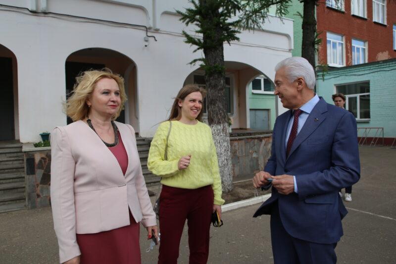 Владимир Васильев посетил участок предварительного голосования в школе №34