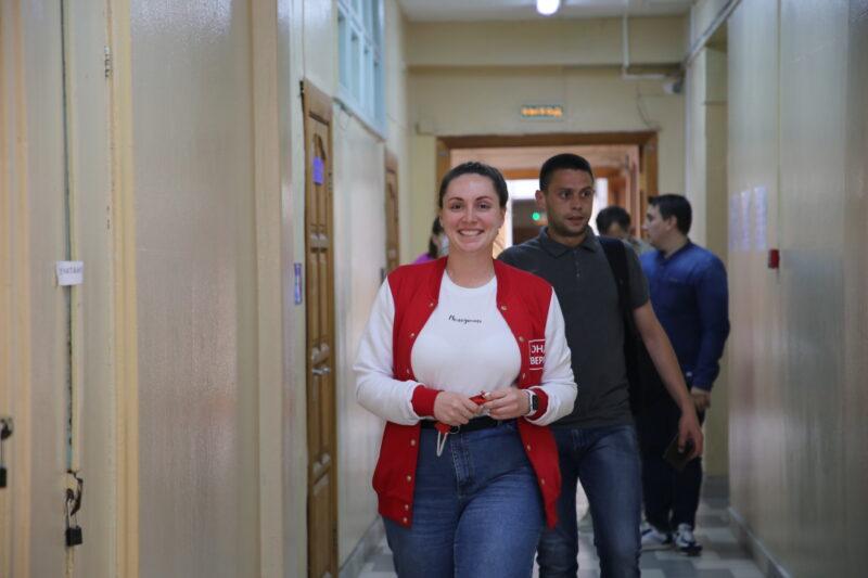 Юлия Саранова вместе с братом пришла на участок для голосования