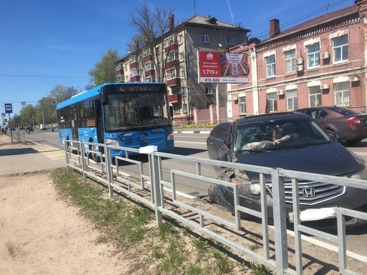 В Твери легковушка не смогла обогнать автобус, стоящий на остановке