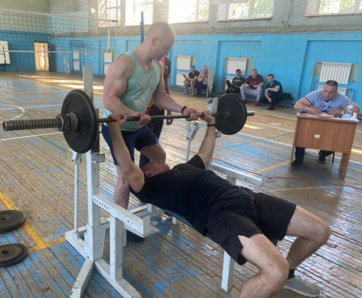 Сотрудники правоохранительных органов из Тверской области посоревновались в жиме штанги лёжа