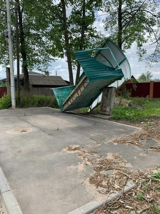 В Тверской области сильный ветер снес автобусную остановку